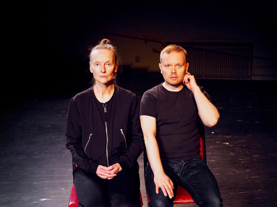 Keskustelu - Conversation, kuvassa Sanna Kekäläinen ja Janne Saarakkala
